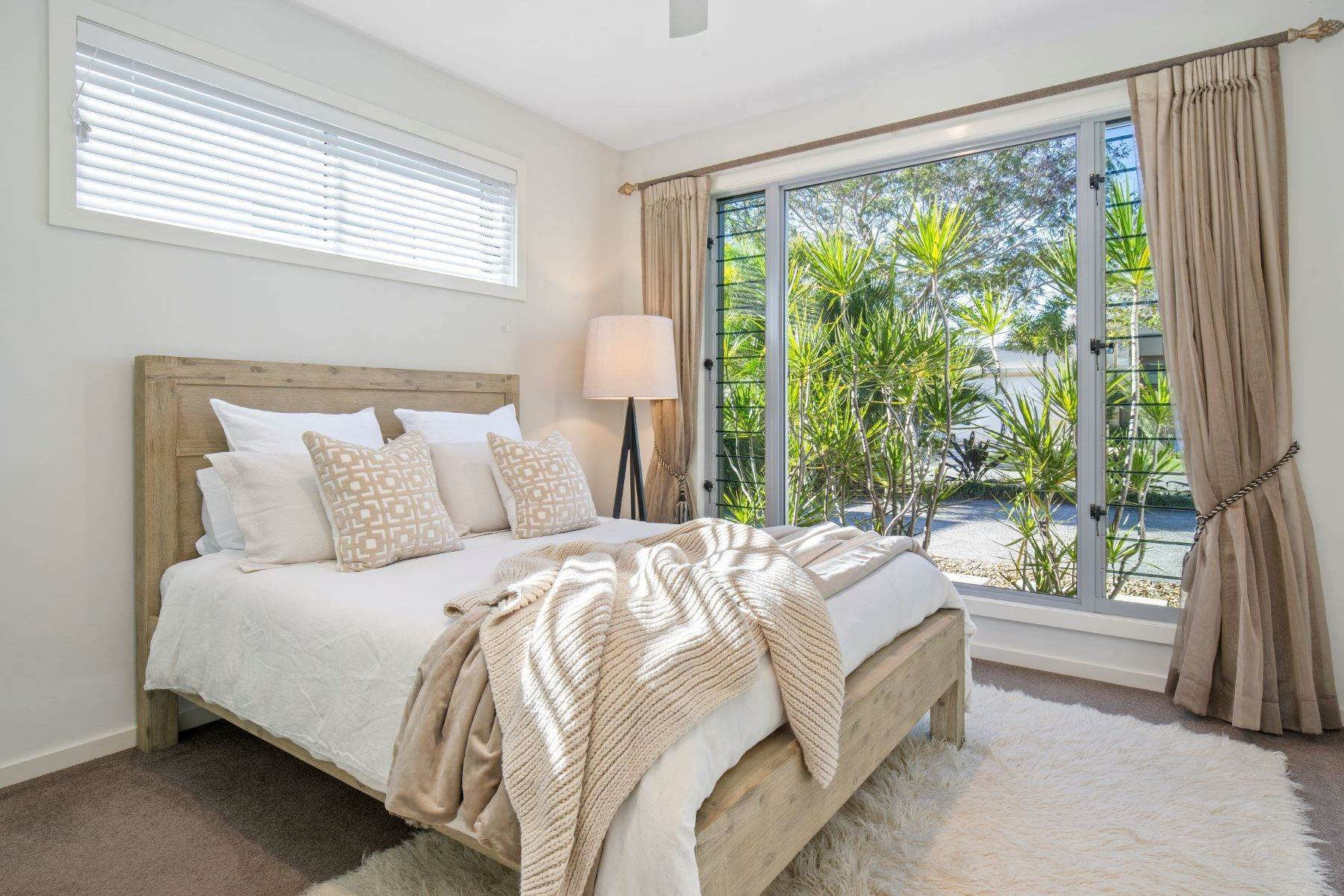 21. Single Family Homes for Sale at Luxury Lakeside Family Home on Prestigious Emerald Island 5068 Emerald Island Drive Other Queensland, Queensland 4211 Australia