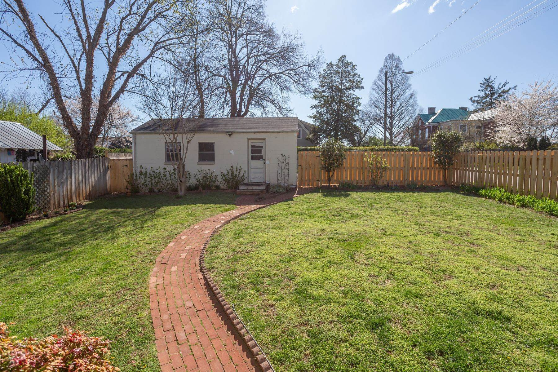 35. Single Family Homes for Sale at 700 Locust Ave Charlottesville, Virginia 22902 United States