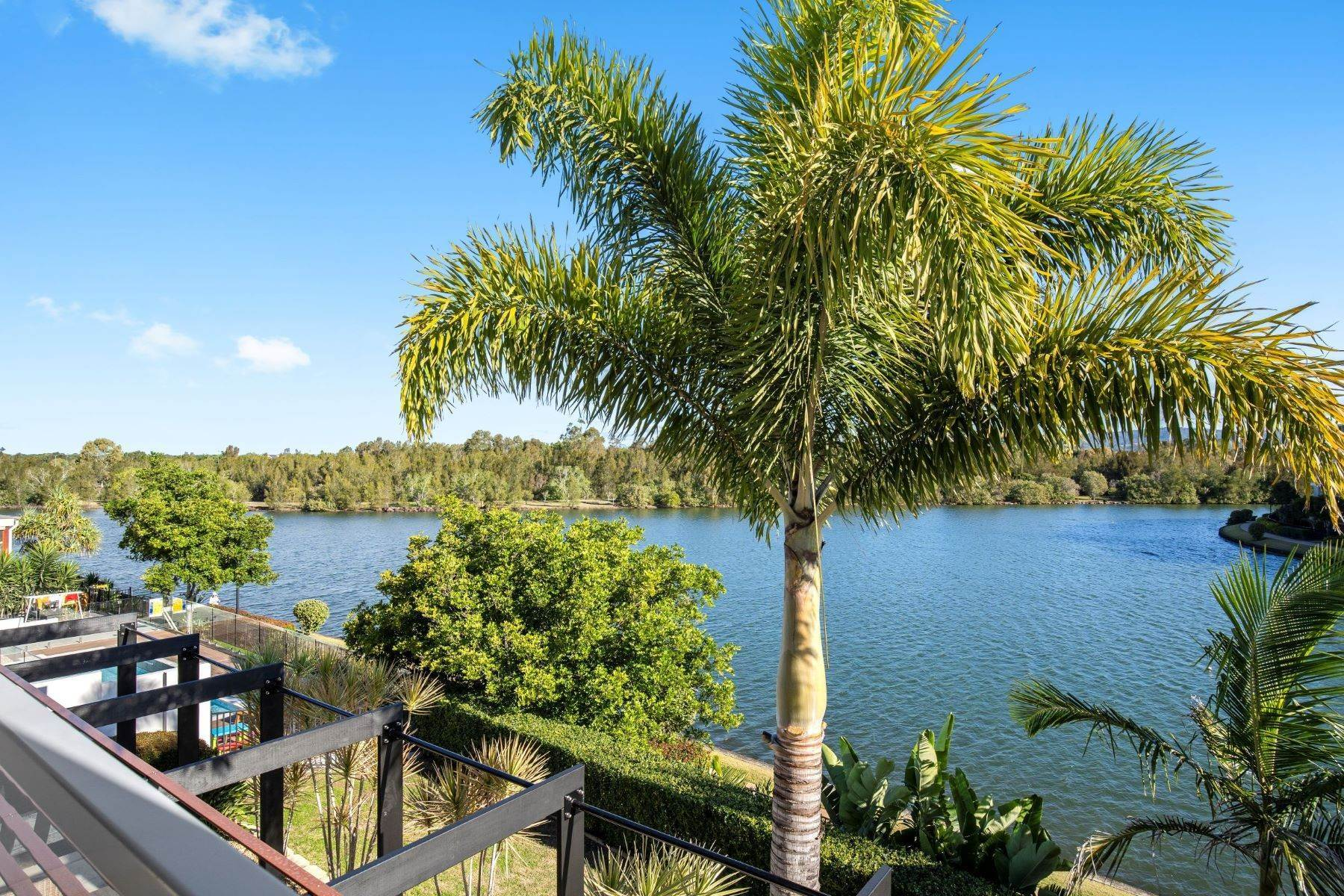 26. Single Family Homes for Sale at Luxury Lakeside Family Home on Prestigious Emerald Island 5068 Emerald Island Drive Other Queensland, Queensland 4211 Australia