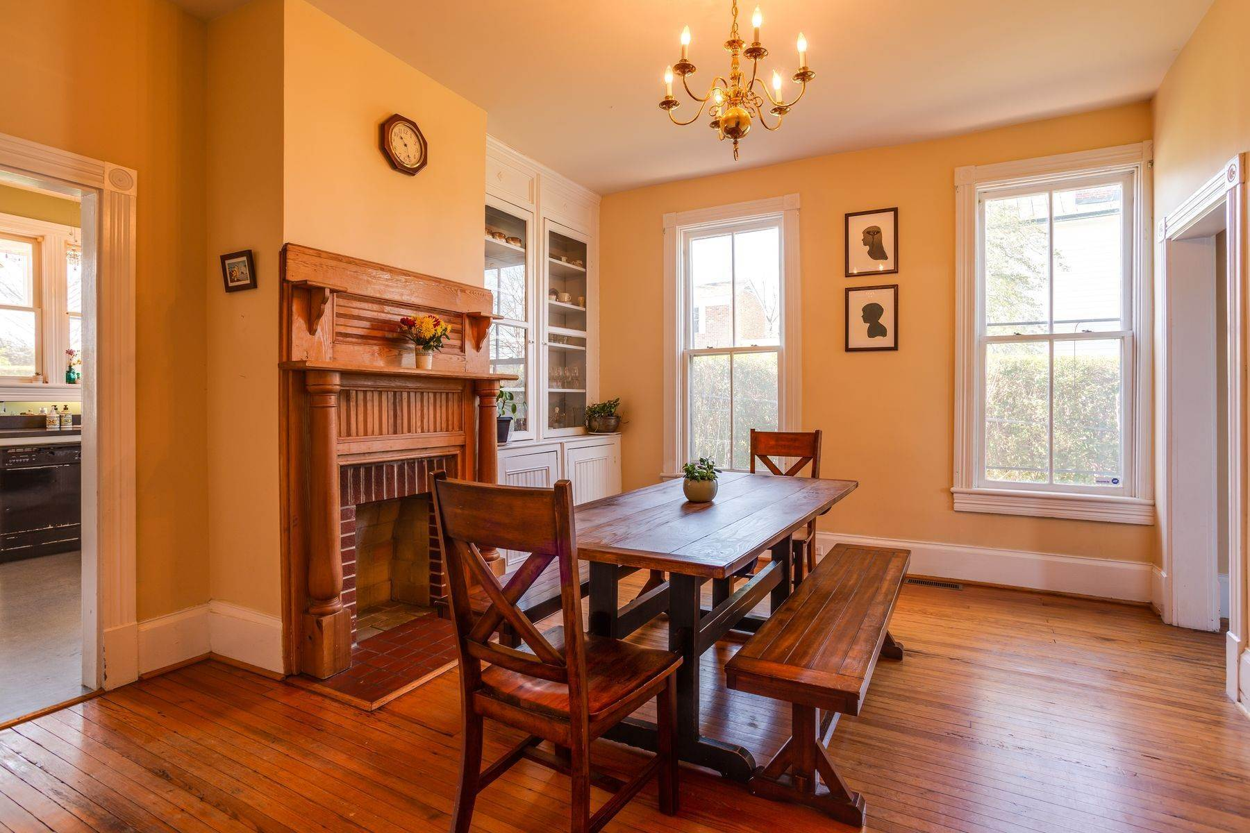 15. Single Family Homes for Sale at 700 Locust Ave Charlottesville, Virginia 22902 United States